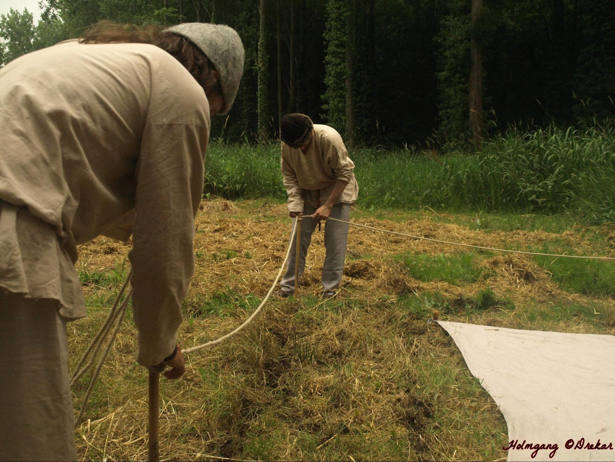 On plante les 4 courdriers qui tiennent le cordage, délimitant ainsi l'encoudré qui mesure au total un peu plus de 3 m de côté